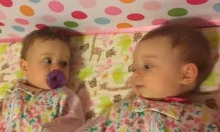 Αυτά τα δίδυμα μωράκια είναι ξαπλωμένα ήρεμα στην κούνια τους μέχρι που... (βίντεο)