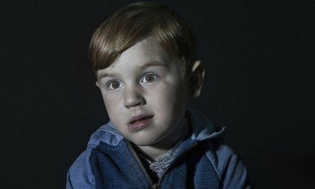Ενοχλητικές εικόνες που αποτυπώνουν απόλυτα το πώς είναι τα παιδιά όταν βλέπουν τηλεόραση!