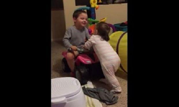 Αυτό σημαίνει να είσαι μεγάλος αδερφός! Δείτε πως αυτό το αγοράκι έμαθε στην αδερφή του να περπατάει! (βίντεο)