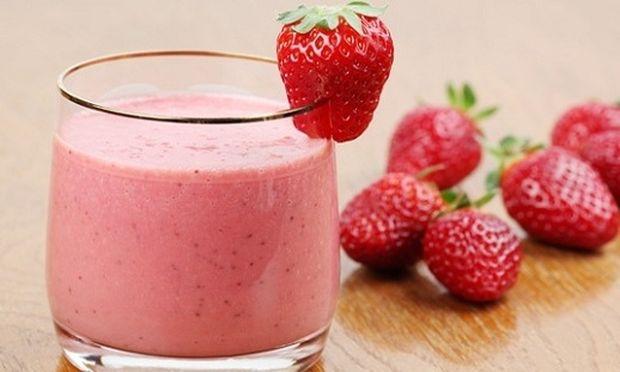 Συνταγή για μαμαδίστικο μιλκ σέικ φράουλα με 4 υλικά!