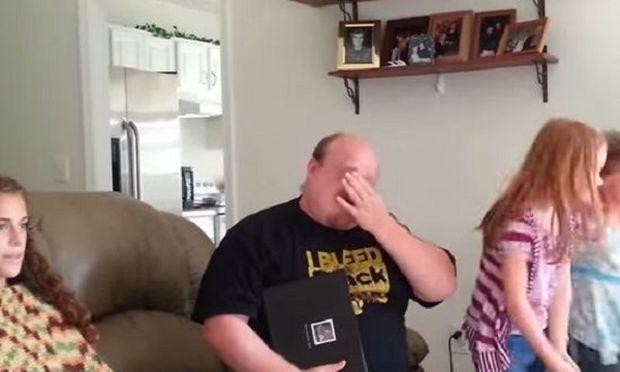 Αυτός ο μπαμπάς προσπαθεί να κρύψει τα δάκρυά του από τις κόρες του. Δείτε γιατί! (βίντεο)