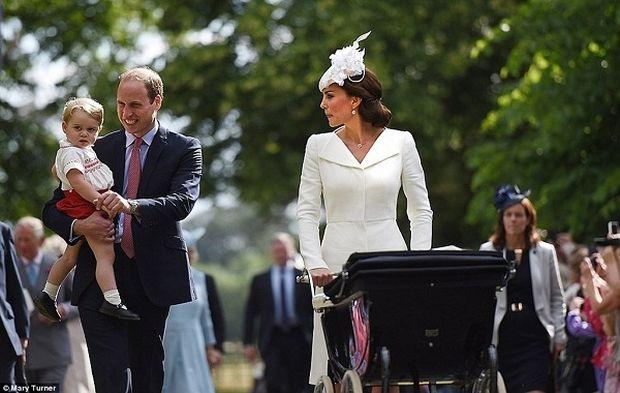 Το παλάτι για πρώτη φορά δημοσιεύει φωτογραφίες από τη βάπτιση της  πριγκίπισσας Σαρλότ! (εικόνες)