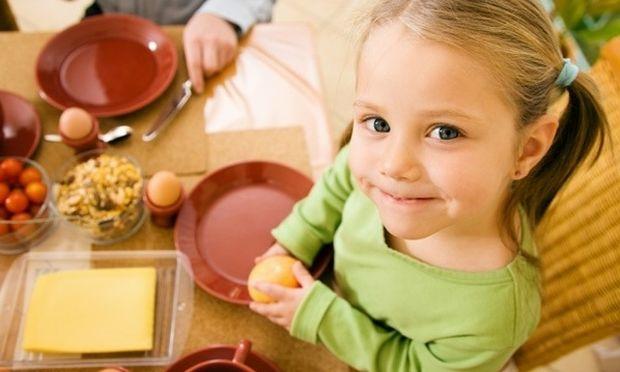 Θέλετε να βγείτε έξω για φαγητό με το παιδί; Διαβάστε τους τρόπους καλής συμπεριφοράς!