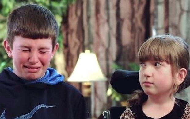 Θα δακρύσετε! Αυτό το αγόρι λυγίζει καθώς μιλάει για την μικρότερη αδερφή του (βίντεο)