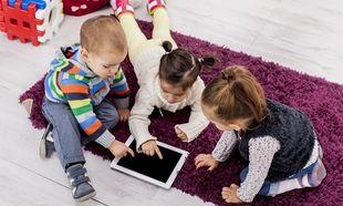 Ο Αλή μπαμπάς και οι δύο κόρες: «Σε λίγο θα φιλάνε το… tablet για καληνύχτα!»