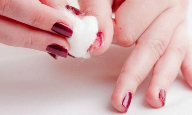 Δεν πάει ο νους σας πώς θα ξεβάψετε πανεύκολα τα νύχια χωρίς ασετόν!