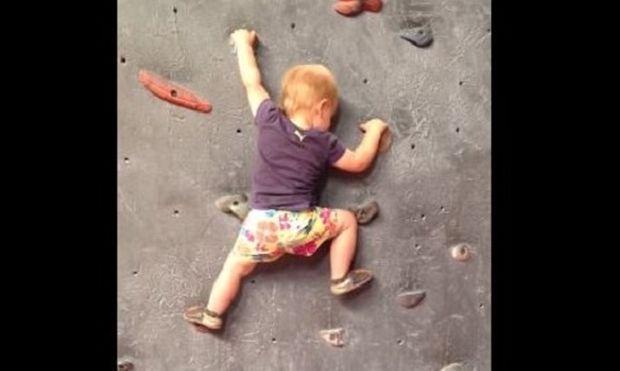 Απίστευτο! Δείτε τι κάνει αυτό το 19 μηνών μωράκι και μας αφήνει άφωνους! (βίντεο)
