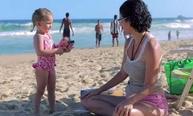 Πανέξυπνο: Δείτε με ποιο τρόπο αυτοί οι γονείς κατάφεραν τα μικρά τους να φορέσουν αντηλιακό! (βίντεο)