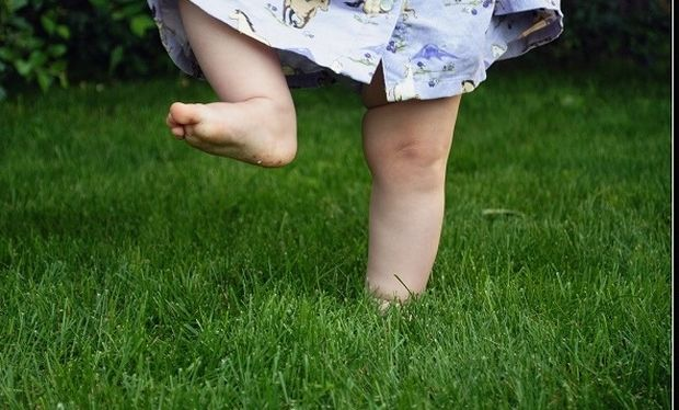 Κάνει καλό να περπατάει το παιδί ξυπόλυτο στο πάρκο;