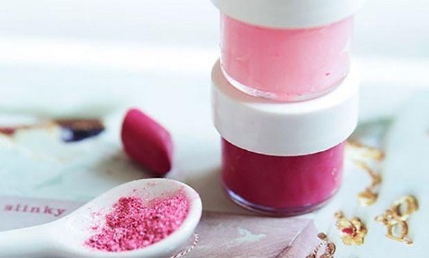 DIY: Φτιάξτε καλοκαιρινό lip gloss εύκολα και γρήγορα με μόνο 2 υλικά!