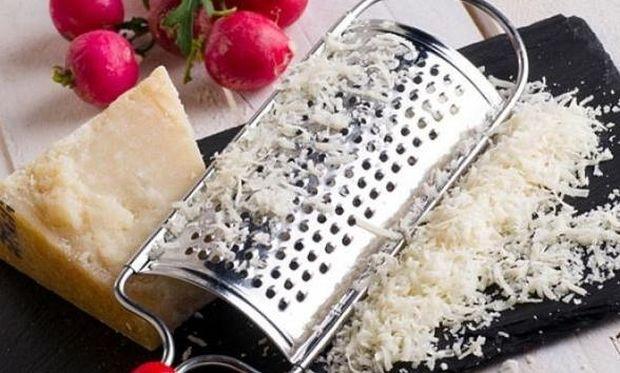 Αυτό είναι το μυστικό για να καθαρίσετε τα υπολείμματα τυριού από τον τρίφτη!