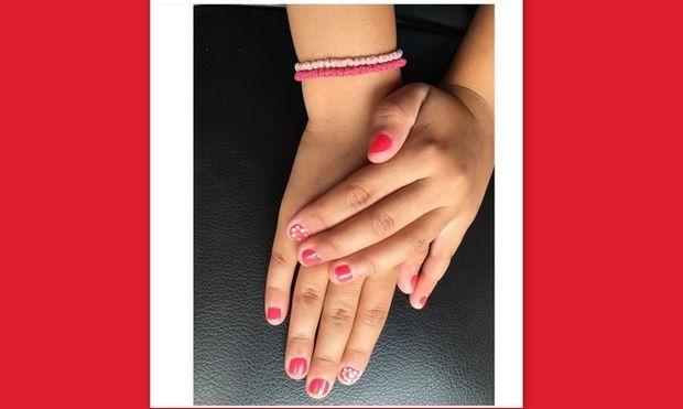 H παρουσιάστρια έβαψε τα νύχια της κορούλας της