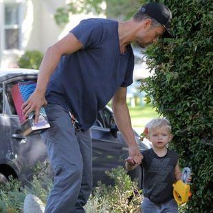 Σκέτη απόλαυση: O πιο σέξι μπαμπάς του Hollywood σε παιδικό πάρτι με τον γιο του!
