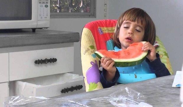 Απίστευτο: Δείτε τι συνέβη σε ένα μωρό ενώ έτρωγε καρπούζι! (βίντεο)