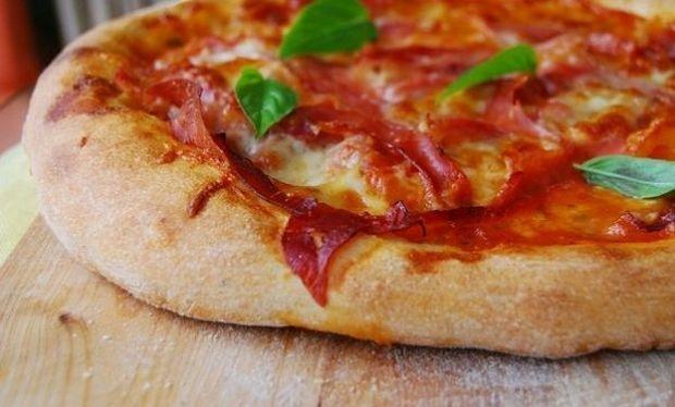 Συνταγή για σπιτική ζύμη πίτσας με δύο υλικά!