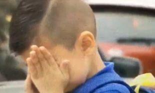 Δημοσιογράφος έκανε ένα παιδί να κλαίει. Δείτε γιατί (βίντεο)