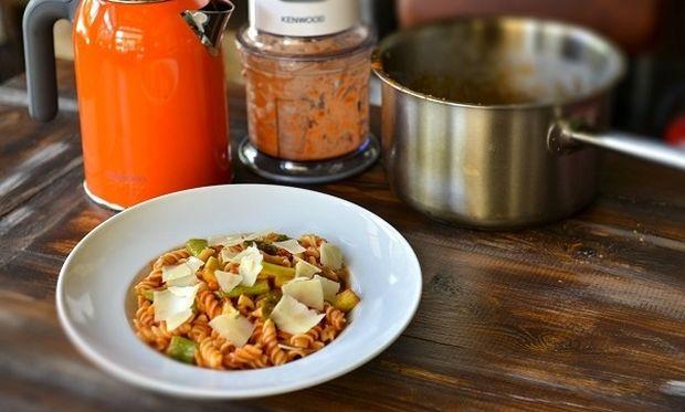 Βίδες με φρέσκια ντομάτα, λαχανικά και ξερή μυζήθρα, από τον Γιώργο Γεράρδο!