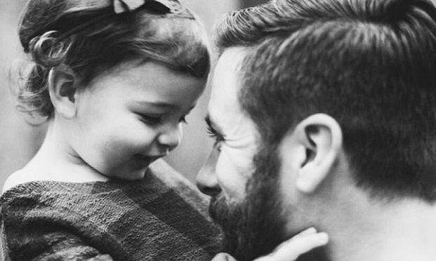 Ο Αλή μπαμπάς και οι δύο κόρες: Δεν μου φτάνει μια ζωή για να τις χορτάσω!