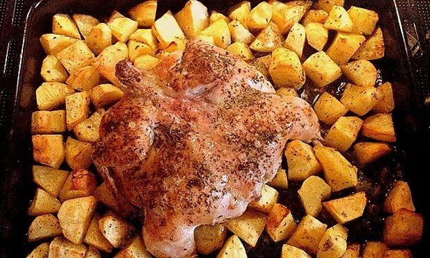 Το πιο νόστιμο κοτόπουλο φούρνου με τραγανή πετσούλα, που έχετε φτιάξει ποτέ! (εικόνες)