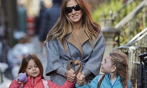 Σάρα Τζέσικα Πάρκερ: Με τις δίδυμες κόρες της στο δρόμο για το σχολείο! (εικόνα)