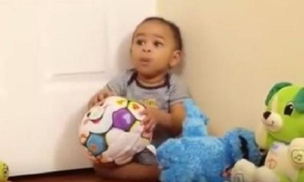 Απίστευτο! Αυτό το μωράκι είναι μόνο 10 μηνών και ξέρει να... (βίντεο)