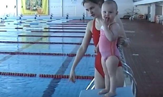 Aπίστευτο! Είναι μόλις 21 μηνών και κολυμπάει σαν δελφίνι! (βίντεο)