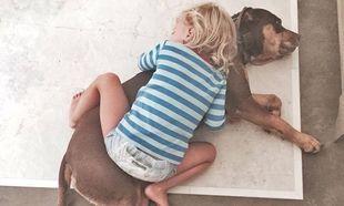 Αγκαλιά με τον σκύλο κοιμάται η κόρη διάσημης μανούλας!