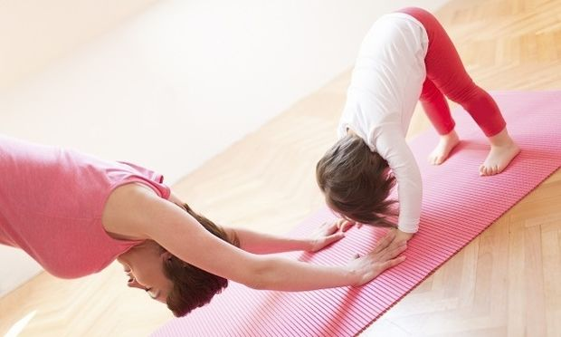 Yoga για μαμάδες: Δείτε τις ασκήσεις βήμα-βήμα