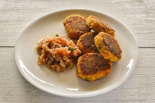 Μπιφτέκια Καρότου με γραβιέρα και σάλτσα ντομάτας, από τον Γιώργο Γεράρδο