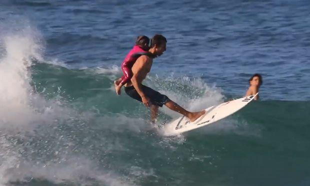 Ο σέρφερ μπαμπάς κάνει σερφ με τη μικρή του κόρη (βίντεο)