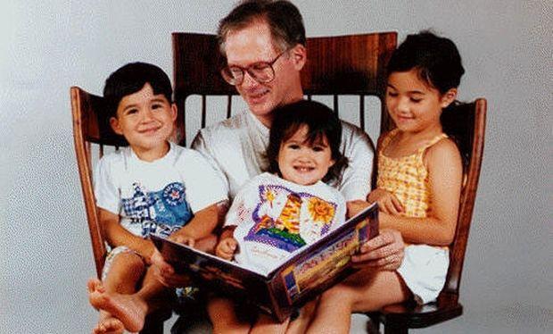 Τι σκέφτηκε μπαμπάς για να διαβάζει παραμύθια στα παιδιά του!