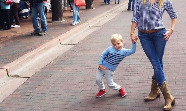 Ποζάρε με τον γιο της και ξετρέλανε τους θαυμαστές της (εικόνα)