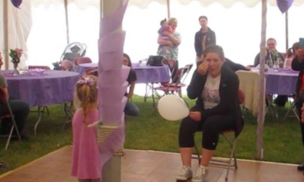 Αυτή είναι η τετράχρονη που έχει κάνει το διαδίκτυο να δακρύσει (βίντεο)