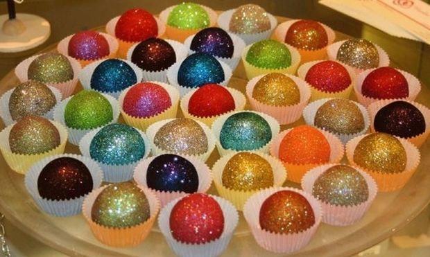 Cupcakes με γκλίτερ. Η νέα τάση που τρελαίνει τα κορίτσια (εικόνες)