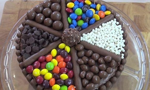Αυτή είναι η πιο εύκολη τούρτα γενεθλίων που μπορεί μια μαμά να φτιάξει (βίντεο)