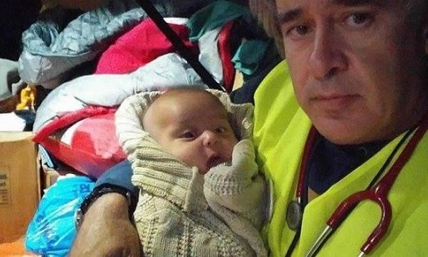 Συγκινητικό: Δείτε πως χαμογελά το βρέφος προσφύγων στον Έλληνα γιατρό που το φροντίζει (εικόνα)