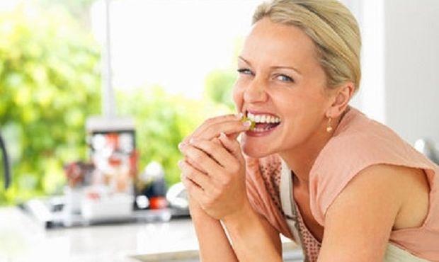 Γιατί το φαγητό «στο πόδι» παχαίνει πιο πολύ