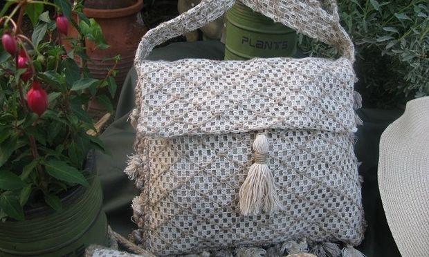 Φτιάξτε με δυο κομμάτια ύφασμα και μερικά μέτρα τρέσας μια μοναδική τσάντα!