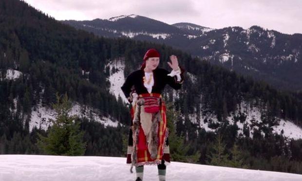 Μια γυναίκα από τη Βουλγαρία ντυμένη παραδοσιακά χορεύει στο χιόνι ...Beyonce (βίντεο)