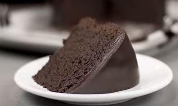 Αυτή είναι η συνταγή για το πιο νόστιμο σοκολατένιο κέικ με γλάσο (βίντεο)