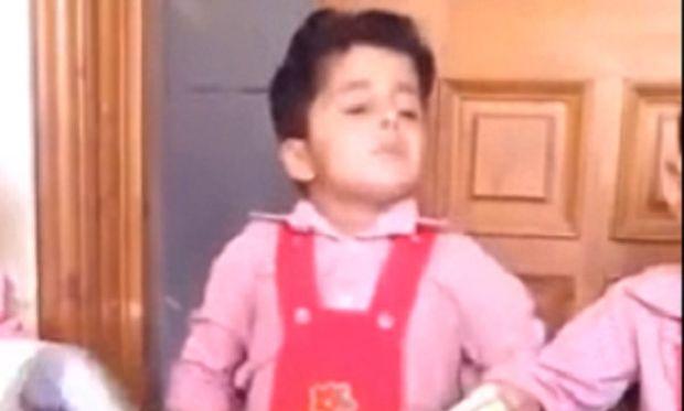 Αξιολάτρευτο! Αυτό το αγόρι δε μπορεί με τίποτα να κρατήσει τα μάτια του ανοιχτά(βίντεο)