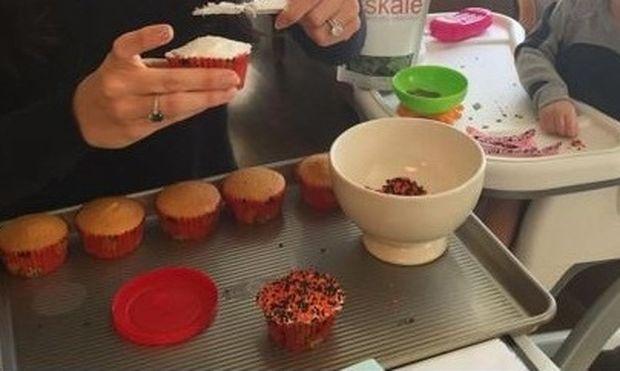 Μαμά και κόρη φτιάξανε μαζί γλυκά για τη σχολική γιορτή (εικόνα)