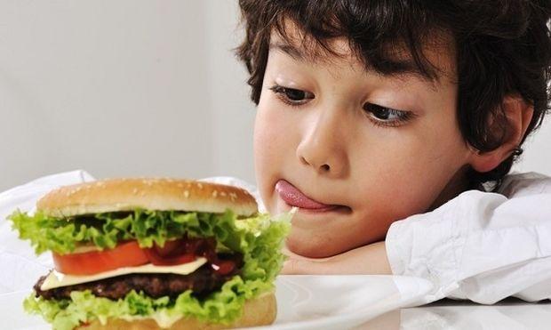Τα παιδιά σας ζητάνε συνέχεια φαστ φουντ; Κλείστε την τηλεόραση!