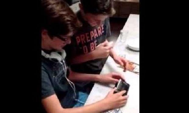 Δείτε πώς αντιδρούν δύο αγόρια όταν βλέπουν για πρώτη φορά ένα Walkman(βίντεο)