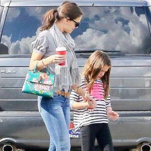 Είναι αυτοκόλλητες: Δείτε την Katie Holmes & την Suri Cruise σε χαλαρή τους βόλτα!