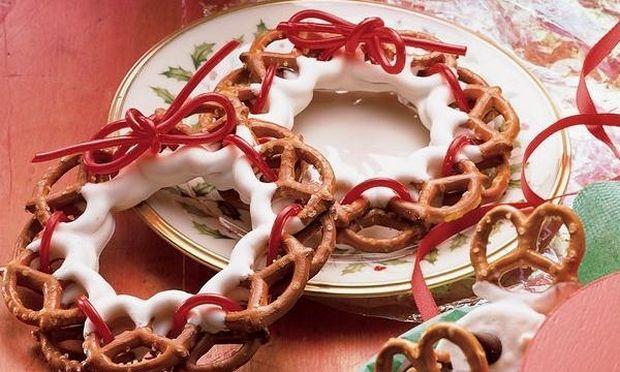 Γιορτινά στεφανάκια με κρακεράκια