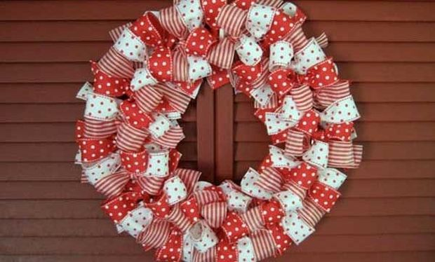DIY: Φτιάξτε χριστουγεννιάτικο στεφάνι από κορδέλες