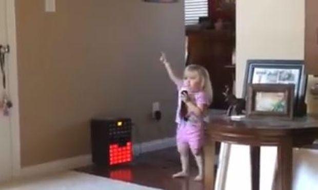 Θα λιώσετε! Δείτε τη μικρούλα να τραγουδά «Jingle Bells» όπως κανείς άλλος!