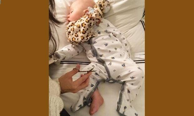 Κόβει τη νύχτα τα νύχια του γιου της, καθώς μόνο τότε μένει ακίνητος!