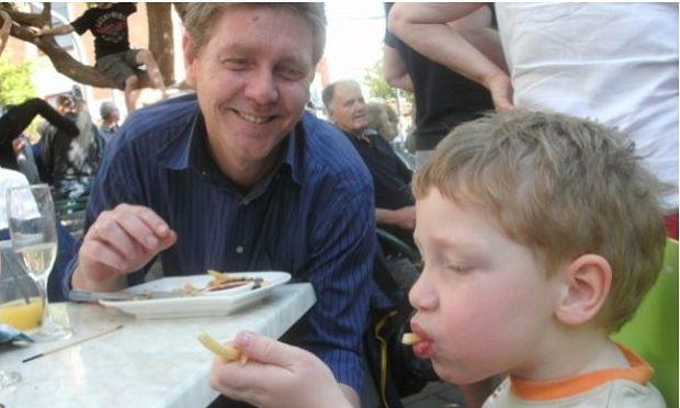 """Πατέρας αυτιστικού παιδιού συγκινεί μιλώντας για τον γιο του και πώς η Αυστραλία τους """"έσωσε"""""""